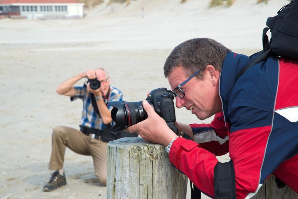 Frits en Jaap op het strand aan het fotograferen tijdens het Fotoweekend Ameland