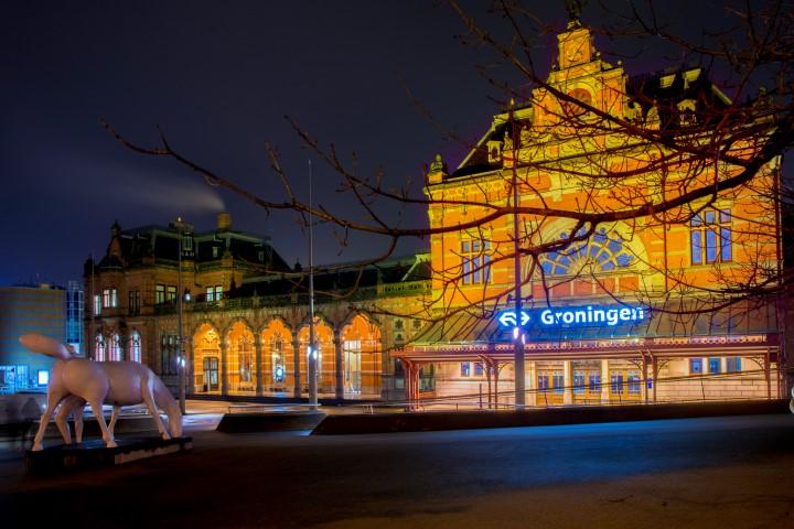 NS treinstation van Groningen in het avondlicht gefotografeerd tijdens de Workshop avondfotografie.