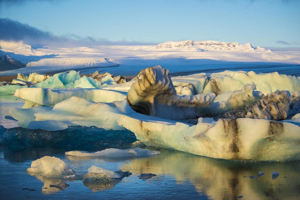IJsschotsenmeer Jökulsárlon in IJsland kleurt in allerlei schitterende tinten in de ochtendzon tijdens de Fotoreis IJsland.